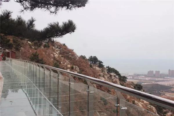 这座玻璃栈桥,位于多福山风景区(原堕崮山)内,建于景区主峰碧霞元君